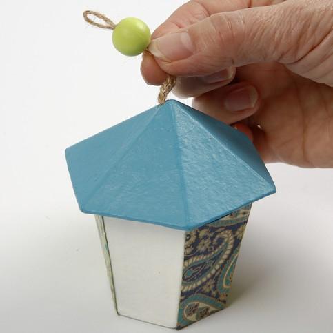 Ajoutez une perle en bois pour décorer le nichoir